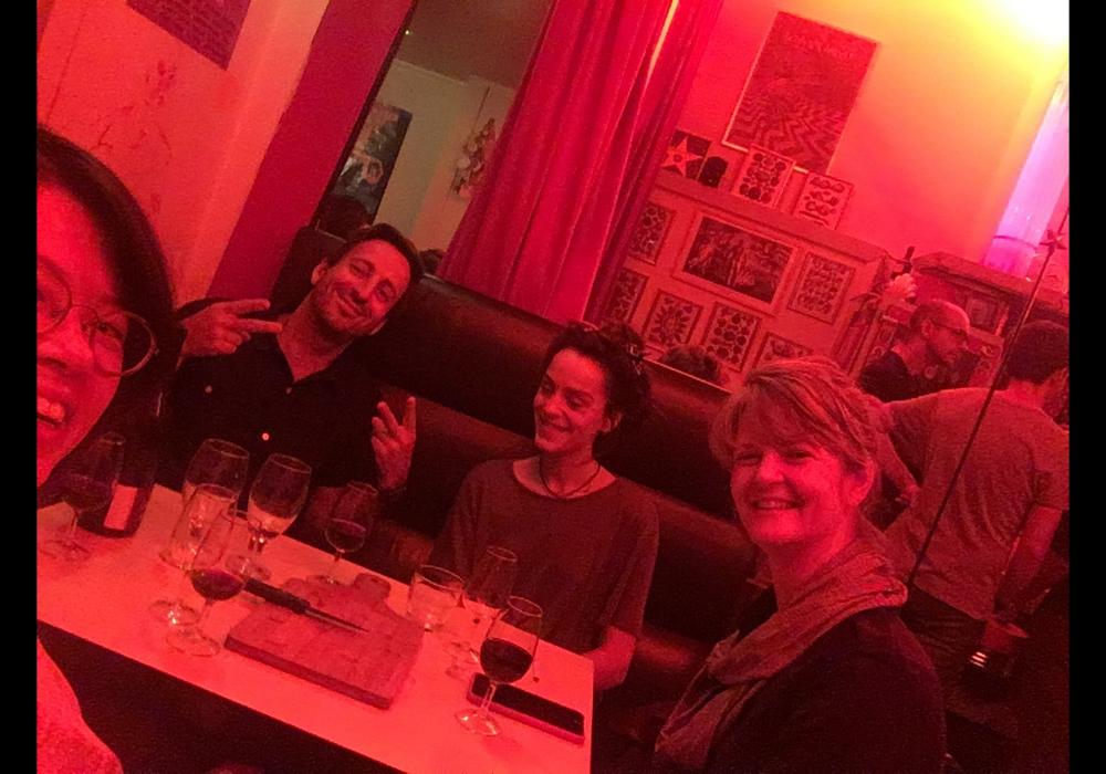 與巴黎當地策展人Grégory Castéra, Jennifer Teets等交流聚會。2018年10月11日。